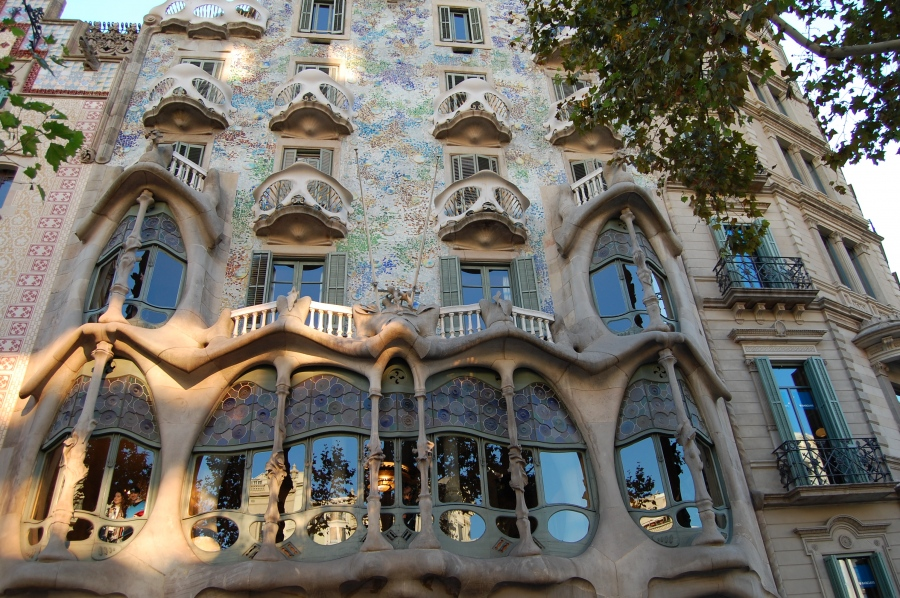 antoni gaudi famous spanish architects
